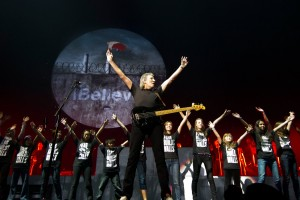 Alunos da Escola de Música da Rocinha tocam com Roger Waters, ex-líder do Pink Floyd