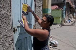 moradores aderiram a campanha e colaram adesivos nas portas de suas casas Foto: Victor Domingues